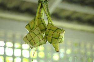 https://rengkodriders.files.wordpress.com/2011/12/ketupat-digantung.jpg?w=300
