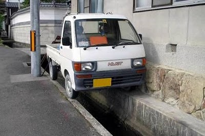 Tempat Parkir Mobil Darurat